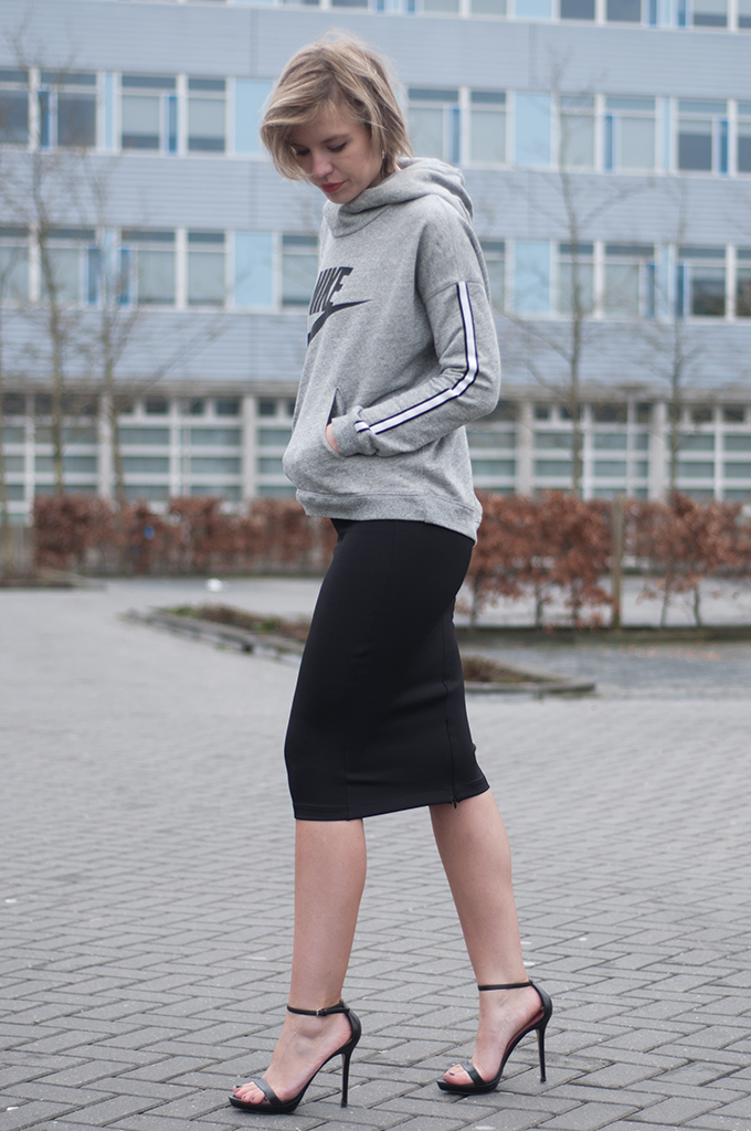 RED REIDING HOOD: Fashion blogger wearing Nike District 72 sweater tube skirt streetstyle sporty chic outfit