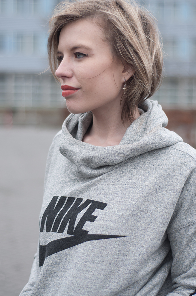 RED REIDING HOOD: Fashion blogger wearing Nike District 72 hoodie sweater pullover sporty chic outfit streetstyle