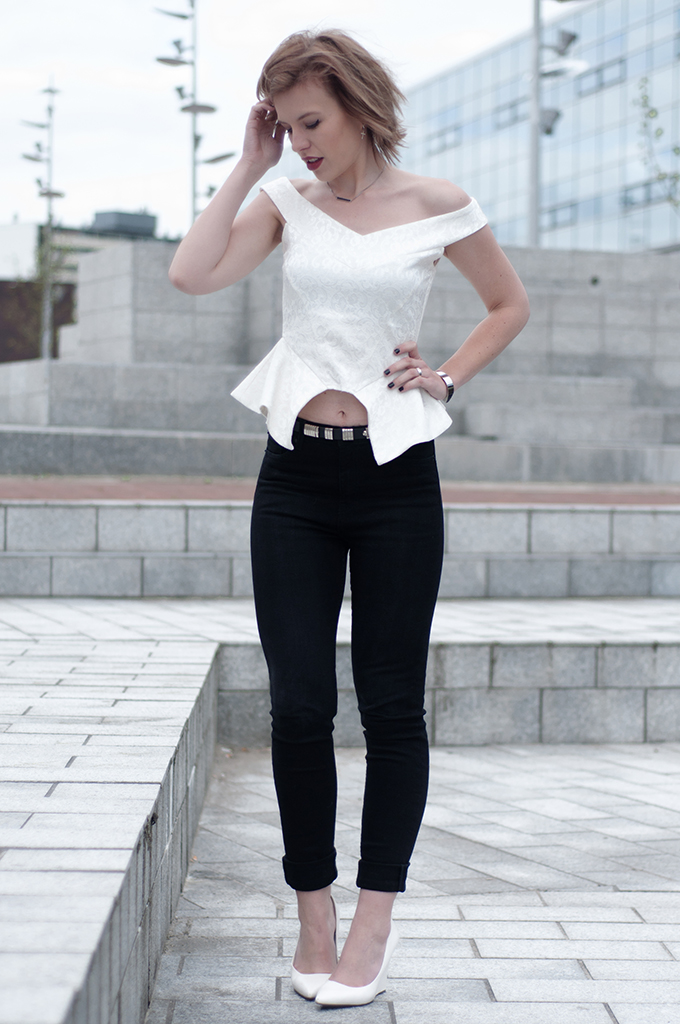 RED REIDING HOOD: Fashion blogger wearing bustier peplum top streetstyle high waisted jeans pointy wedge heels