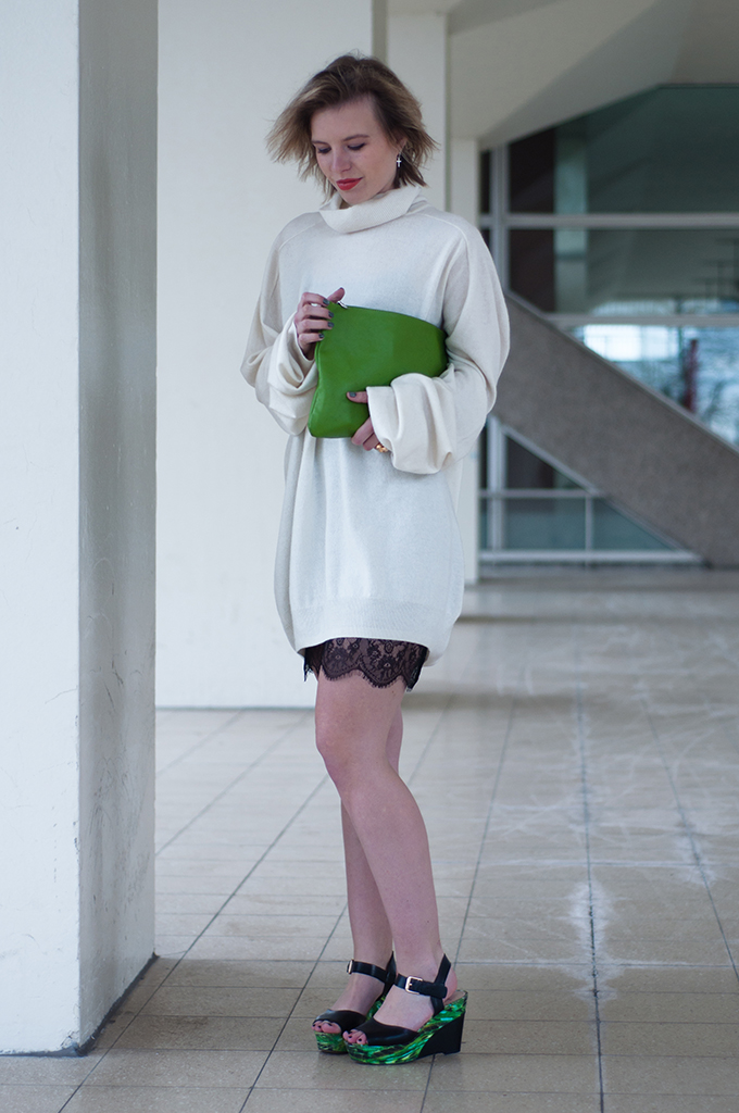 RED REIDING HOOD: Fashion blogger wearing MMM for H&M cashmere sweater dress lace dress streetstyle green sandals frenchonista clutch
