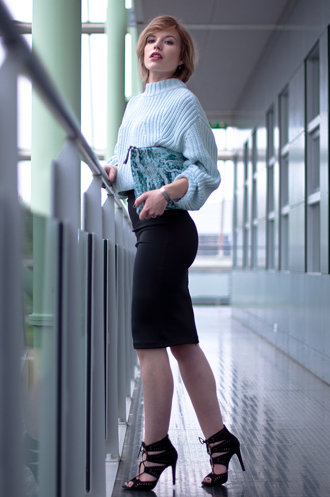 RED REIDING HOOD: Fashion blogger wearing black pencil skirt bodycon cropped jumper mint clutch marble streetstyle