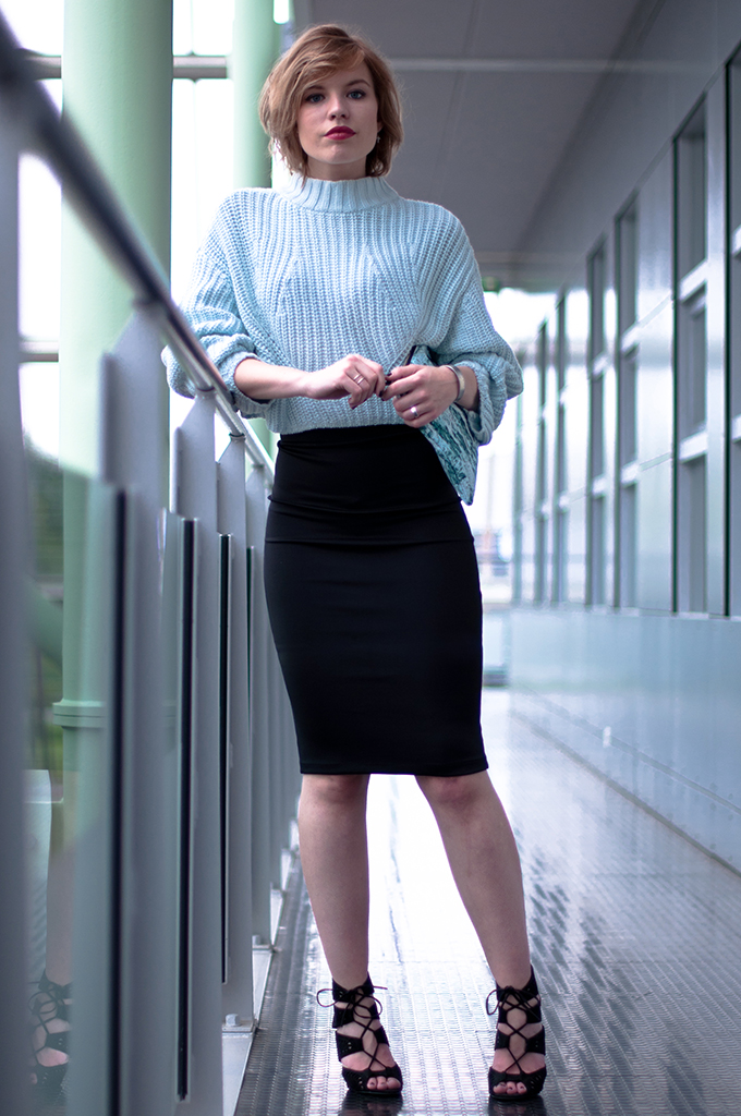 RED REIDING HOOD: Model off duty wearing pencil skirt office look fashion blogger crop jumper H&M Trend clutch streetstyle