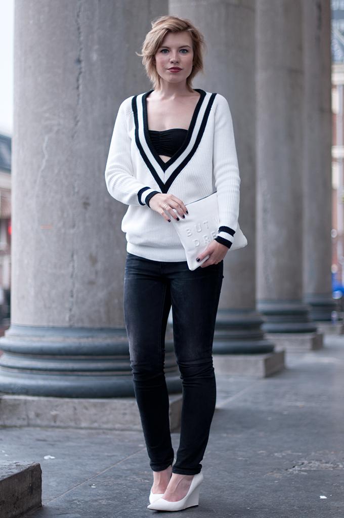 RED REIDING HOOD: Fashion blogger wearing Rag&Bone Tila jumper V-neck sweater Costes streetstyle Levi's Revel jeans model off duty look wedges