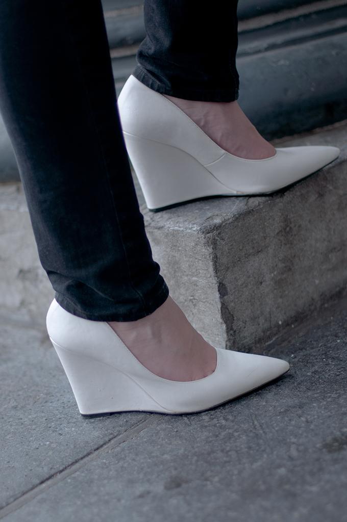RED REIDING HOOD: Fashion blogger wearing Mango wedges pointy white wedge heels streetstyle