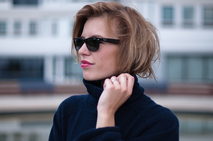 RED REIDING HOOD: Fashion blogger hair tucked in turtleneck messy hair don't care ray-ban wayfarer streetstyle