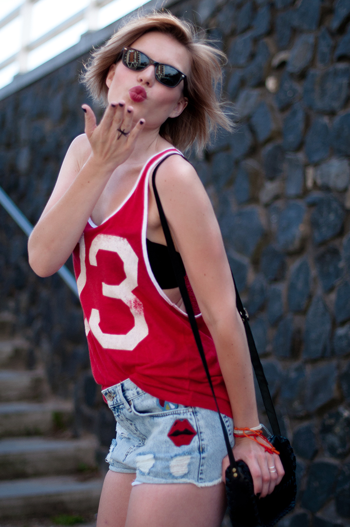 RED REIDING HOOD: Fashion blogger wearing  festival look sporty number tee high waisted shorts streetstyle