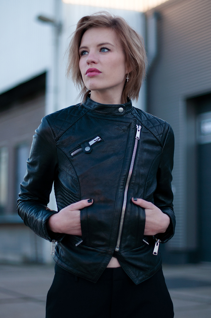 RED REIDING HOOD: Fashion blogger wearing all black everything outfit edgy look leather jacket streetstyle