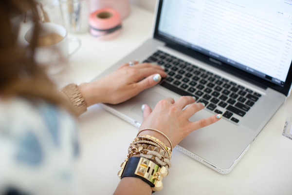 Tips how to get people to visit your blog fashion blogger macbook