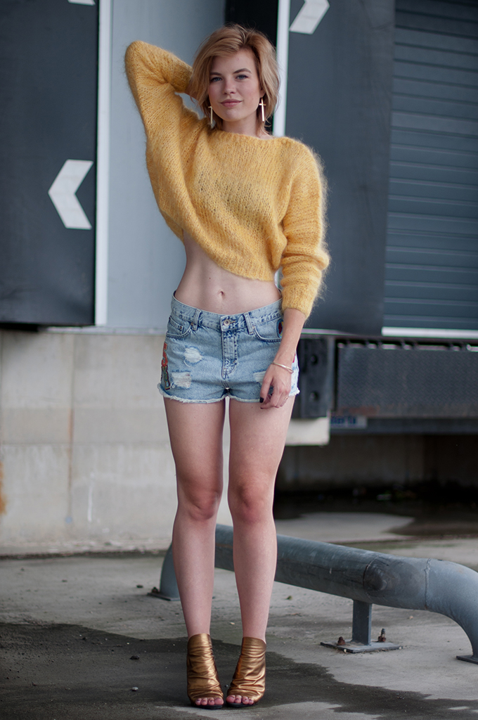 RED REIDING HOOD: Fashion blogger wearing high waisted badge shorts mohair cropped jumper streetstyle