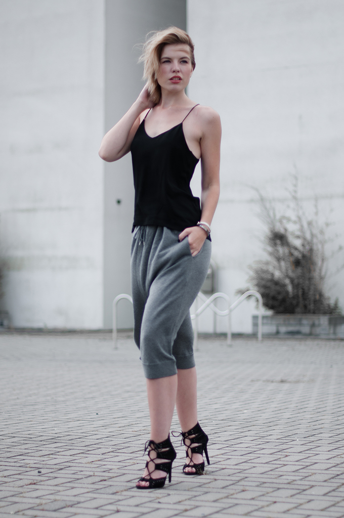RED REIDING HOOD: Minimalistic clean outfit scandinavian streetstyle Acne Heidi culottes The Outnet fashion blogger wearing lace up sandals Zara