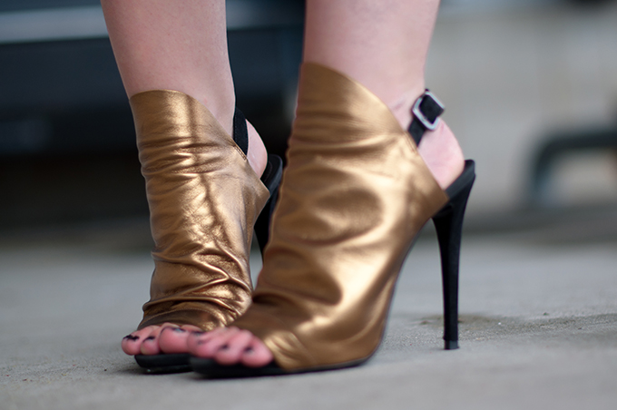 RED REIDING HOOD: Fashion blogger wearing Schuts Granto shoes gold sandals mules streetstyle