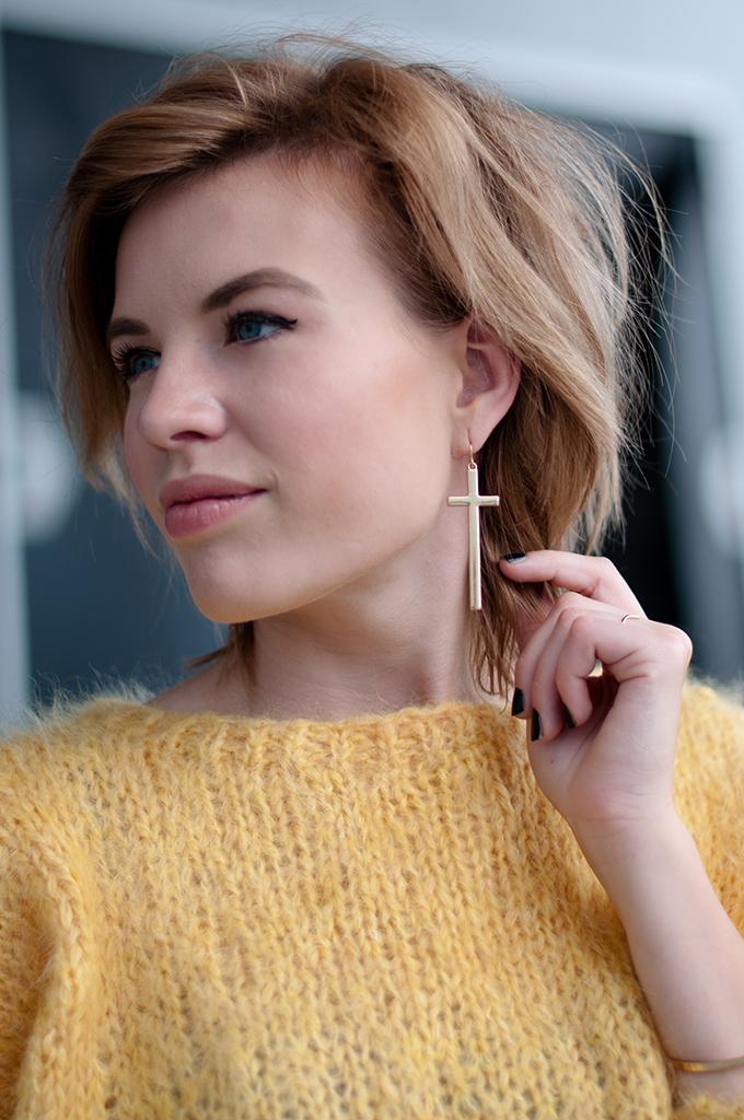 RED REIDING HOOD: Fashion blogger wearing gold cross earrings H&M mohair jumper streetstyle