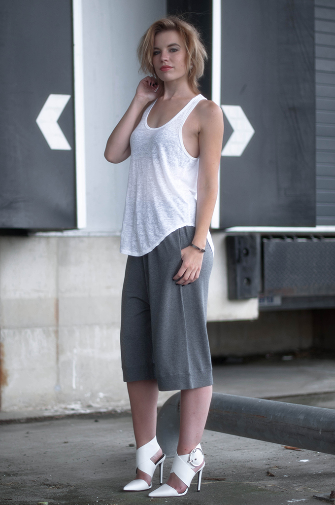 RED REIDING HOOD: Fashion blogger wearing comfy slouchy pants Acne jogger shorts culottes streetstyle zara buckle shoes