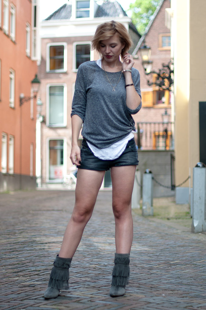 RED REIDING HOOD: Fashion blogger wearing ripped denim shorts One Teaspoon streetstyle Isabel Marant fringe boots summer layers outfit