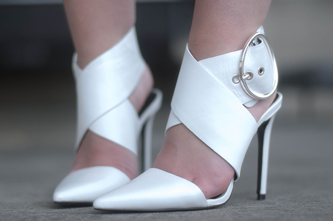 RED REIDING HOOD: Fashion blogger wearing white Zara sandals outfit details buckle shoes