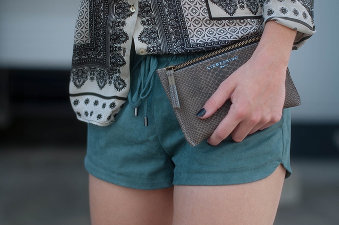 RED REIDING HOOD: Fashion blogger wearing turquoise suede shorts Zara paisley printed shirt streetstyle liebeskind berlin purse outfit details