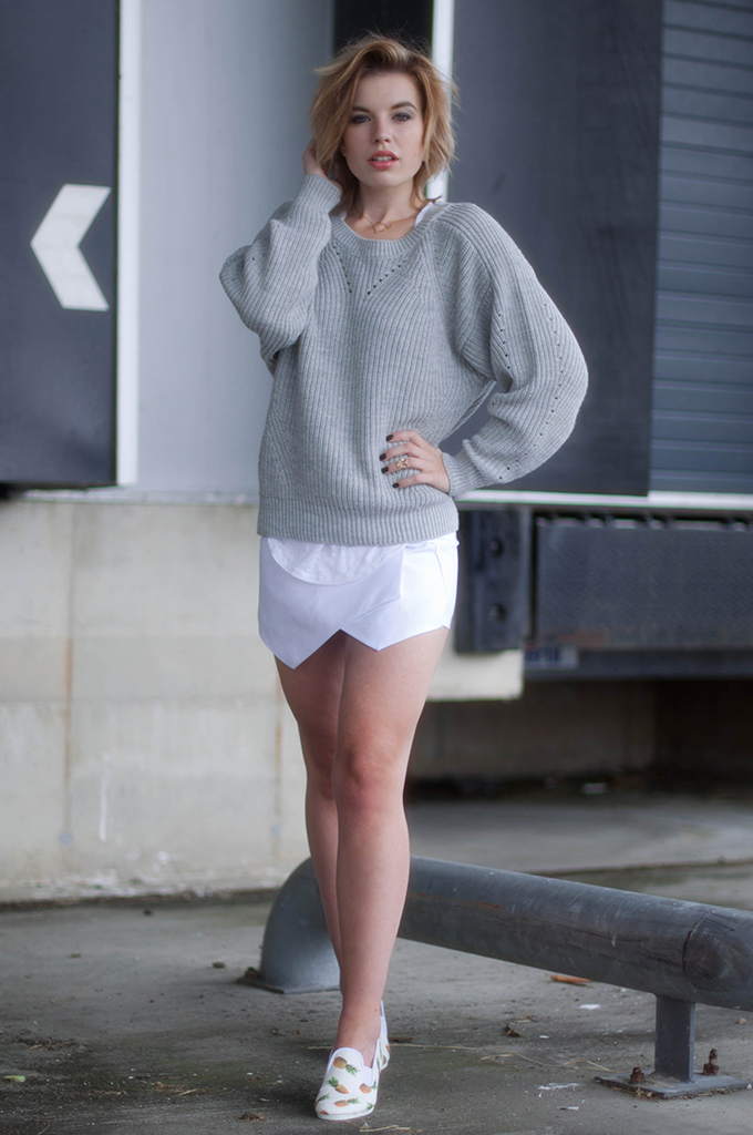 RED REIDING HOOD: Fashion blogger wearing Vila heavy knit jumper streetstyle white skort outfit frassy flossy pineapple loafers