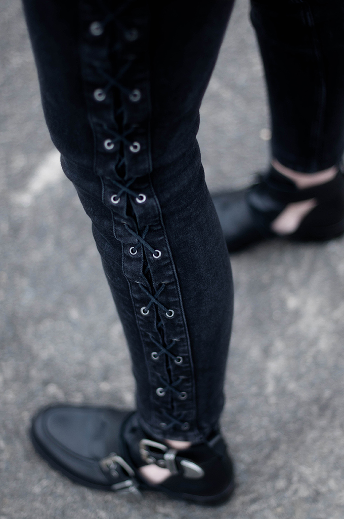 RED REIDING HOOD: Fashion blogger wearing zara lace up jeans streetstyle cut out buckle boots all black everything outfit details rock chic model off duty