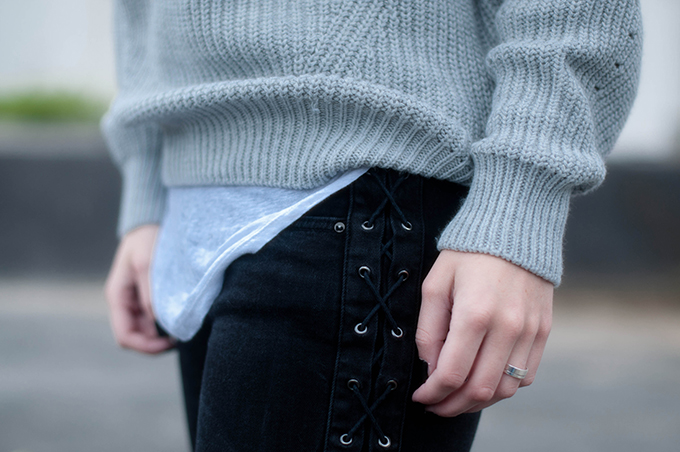 RED REIDING HOOD: Fashion blogger wearing lace up black jeans oversized knit isabel marant pour H&M tank top streetstyle outfit details layers