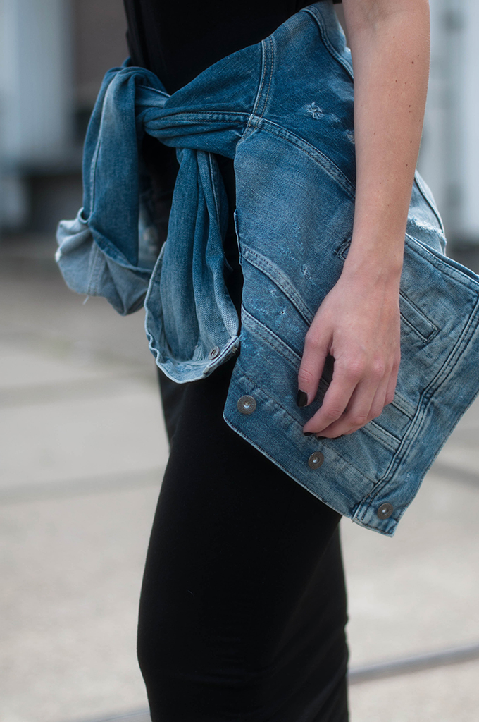 RED REIDING HOOD: Fashion blogger wearing denim jacket tied around the waist streetstyle outfit details