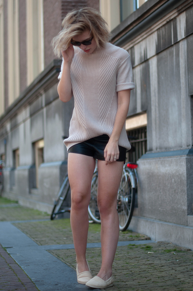 RED REIDING HOOD: Fashion blogger wearing leather jogger shorts vintage streetstyle H&M Trend knit