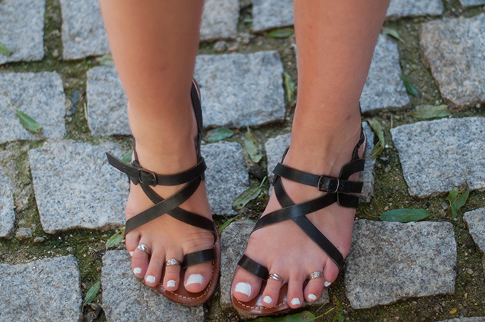 RED REIDING HOOD: Fashion blogger wearing ancient greek sandals gladiator shoes toe rings H&M streetstyle