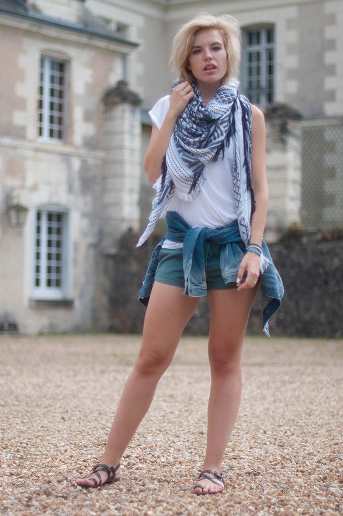 RED REIDING HOOD: Fashion blogger wearing turquoise jogger shorts streetstyle oversized zara scarf