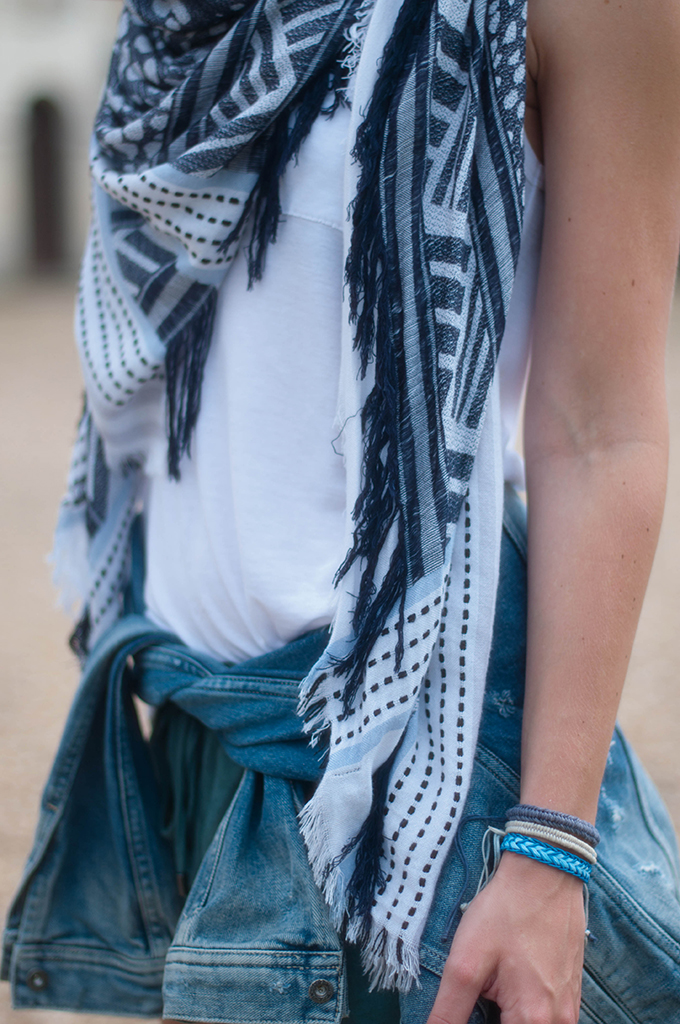 RED REIDING HOOD: Fashion blogger wearing denim jacket tied around waist streetstyle blue scarf zara