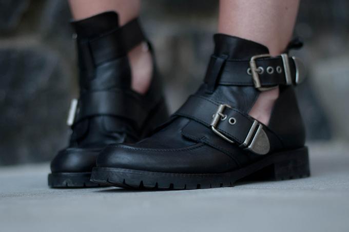 RED REIDING HOOD: Fashion blogger wearing Balenciaga Buckle boots KO Sacha Shoes schoenen
