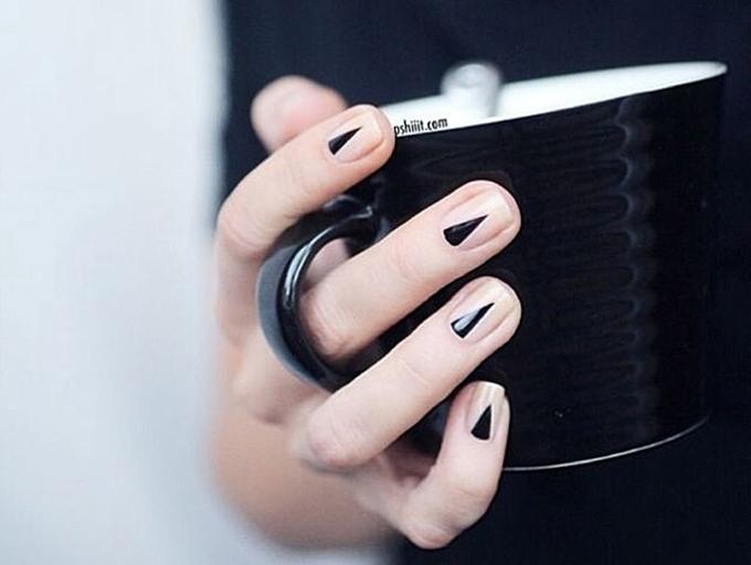 RED REIDING HOOD: DIY black triangle nails geometrical minimalistic manicure inspiration pinterest