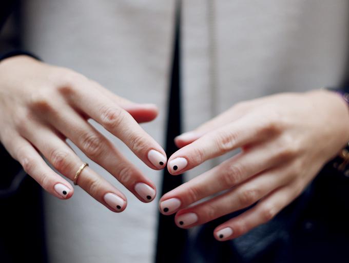 RED REIDING HOOD: DIY black dots nails minimalistic manicure inspiration pinterest