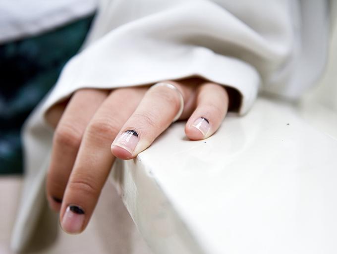 RED REIDING HOOD: DIY afterDRK minimalistic manicure inspiration pinterest