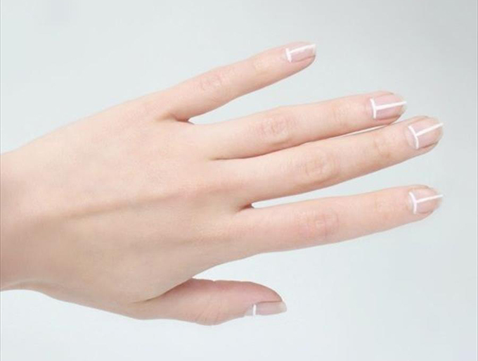 RED REIDING HOOD: DIY white stripes geometric nails love aesthetics minimalistic manicure inspiration pinterest