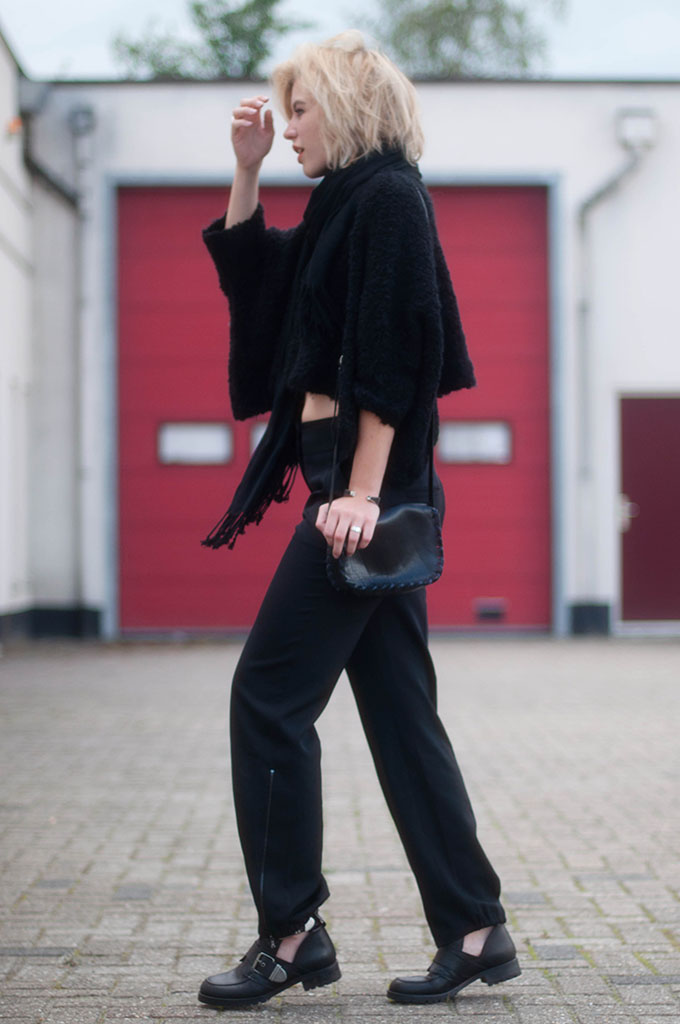 RED REIDING HOOD: Fashion blogger wearing all black everything outfit layers street style cropped jumper street style tapered pants
