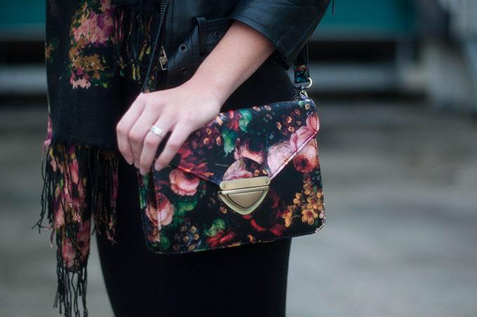 RED REIDING HOOD: Fashion blogger wearing flower print cross body bag Invito tasje outfit details