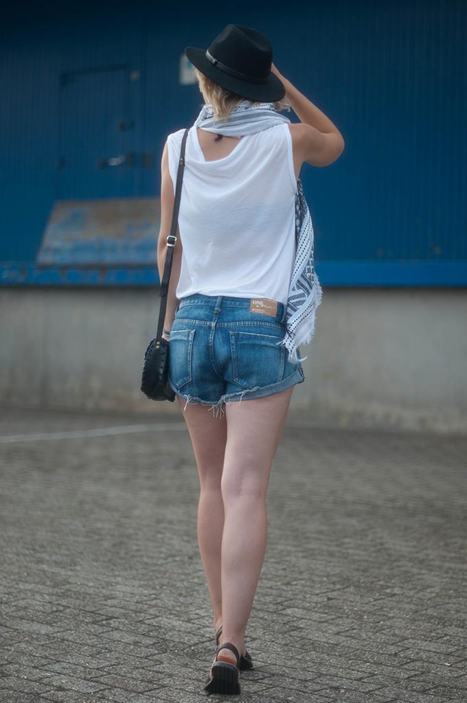 RED REIDING HOOD: Fashion blogger wearing One Teaspoon Bandits shorts back street style fedora hat
