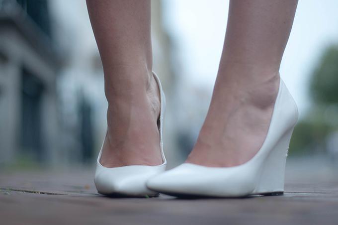 RED REIDING HOOD: Fashion blogger wearing white Mango pointy wedge heels