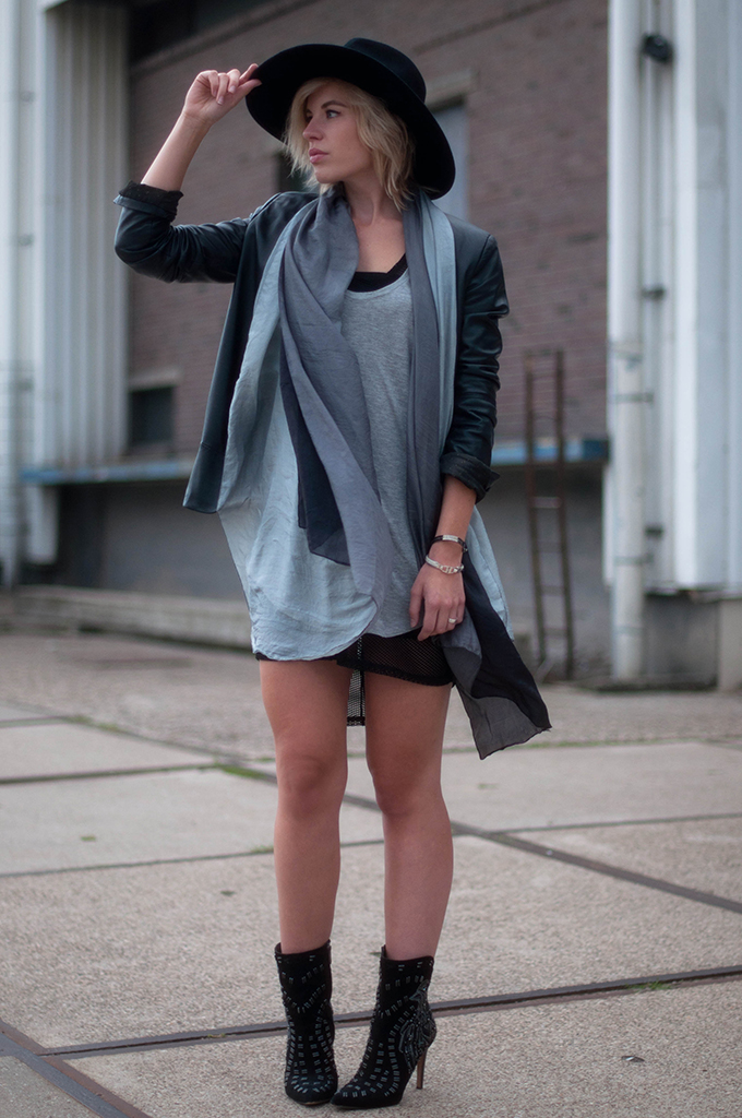 RED REIDING HOOD: Fashion blogger wearing black and grey outfit gradient ombre scarf street style fedora hat H&M