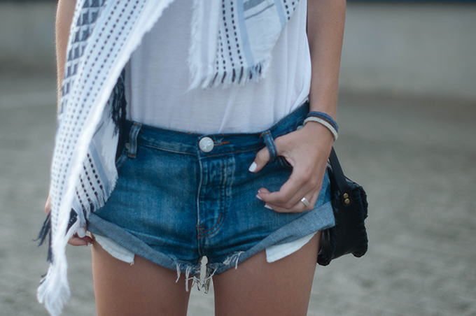 RED REIDING HOOD: Fashion blogger wearing One Teaspoon bandits shorts outfit details tassels scarf boho chic hippie look