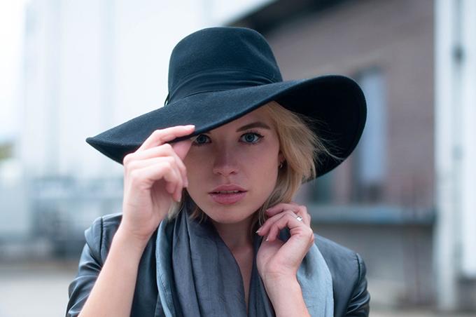 RED REIDING HOOD: Fashion blogger wearing wide brimmed fedora hat H&M Trend floppy hat model off duty look