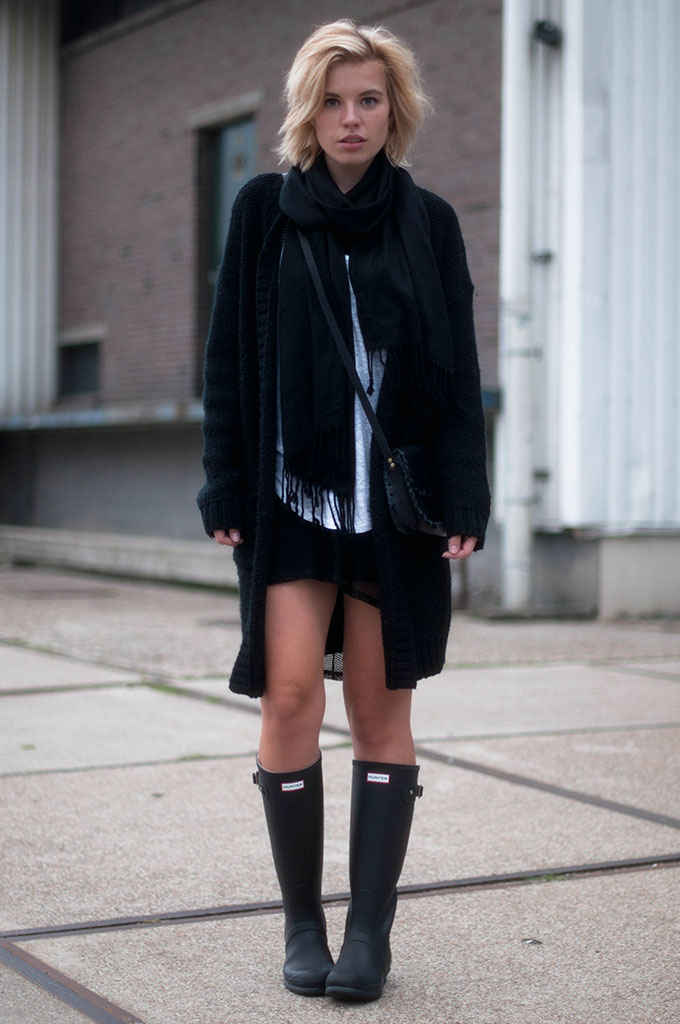 RED REIDING HOOD: Fashion blogger wearing hunter boots oversized knit cardigan onepiece comfy outfit model off duty look