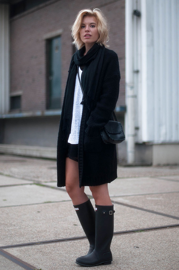 RED REIDING HOOD: Fashion blogger wearing heavy knit cardigan OnePiece street style all black everything outfit hunter boots
