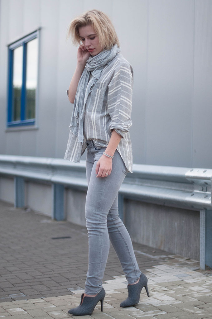 RED REIDING HOOD: Fashion blogger wearing oversized striped linen shirt street style skinny jeans model off duty look grey tonal outfit