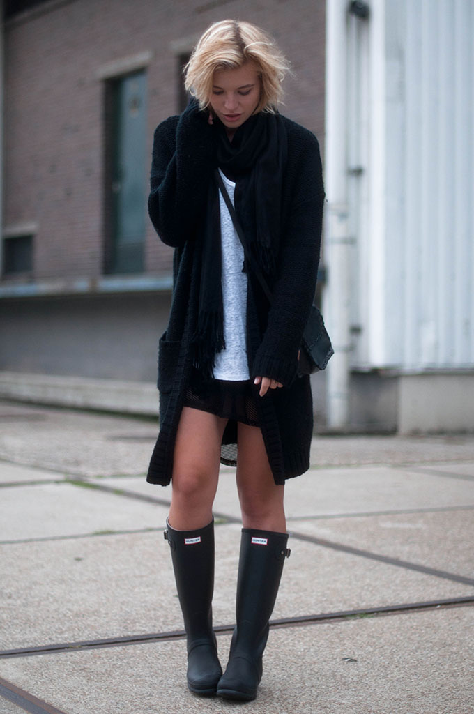 RED REIDING HOOD: Fashion blogger wearing oversized knitted cardigan all black everything outfit hunter boots street style comfy layers look