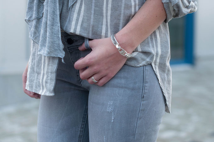 RED REIDING HOOD: Fashion blogger wearing all grey everything outfit details oversized striped linen shirt zara grey skinny jeans street style look