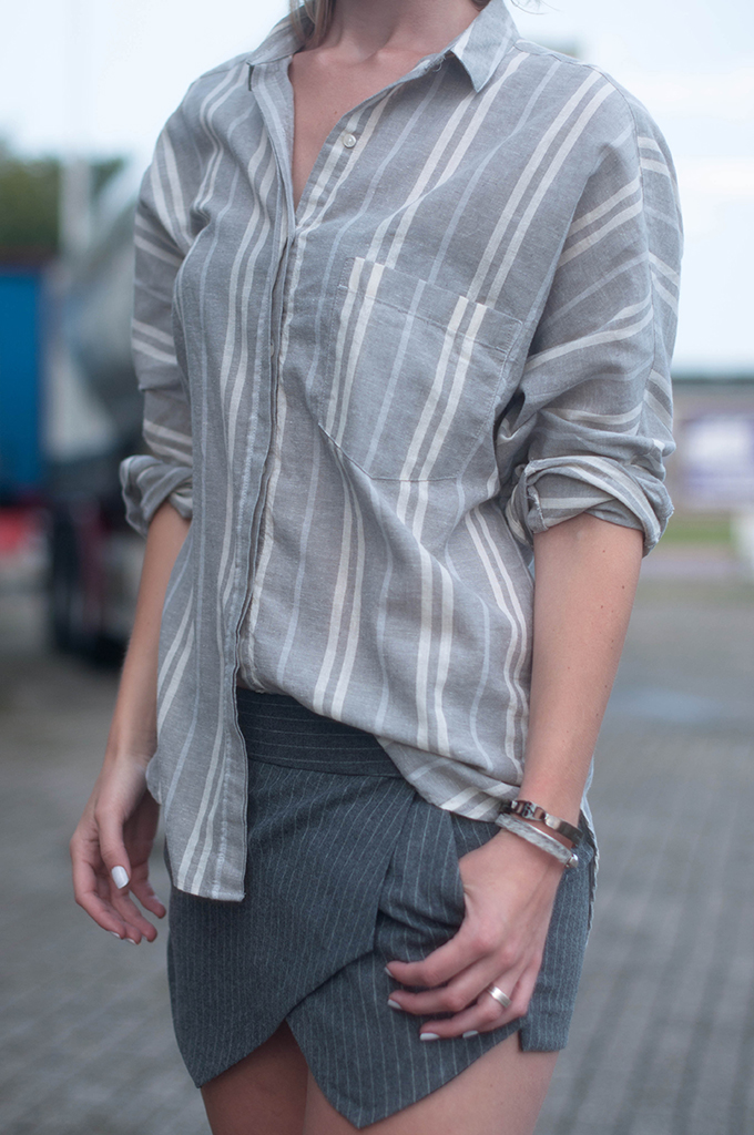 RED REIDING HOOD: Fashion blogger wearing oversized shirt stripes zara pinstripe skirt outfit details street style all grey look