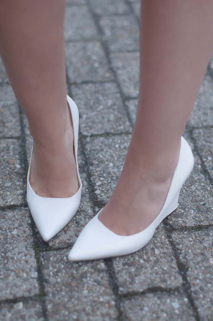 RED REIDING HOOD: Fashion blogger wearing pointy white Mango wedge heels outfit details