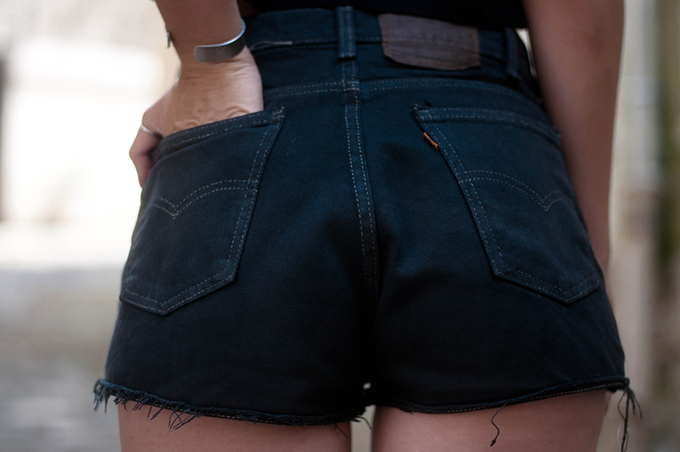 RED REIDING HOOD: Fashion blogger wearing black reclaimed vintage Levi's 501 high waisted shorts outfit details