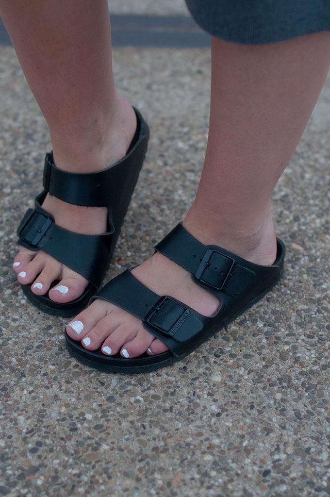 RED REIDING HOOD: Fashion blogger wearing slides all black birkenstock monterey sandals street style
