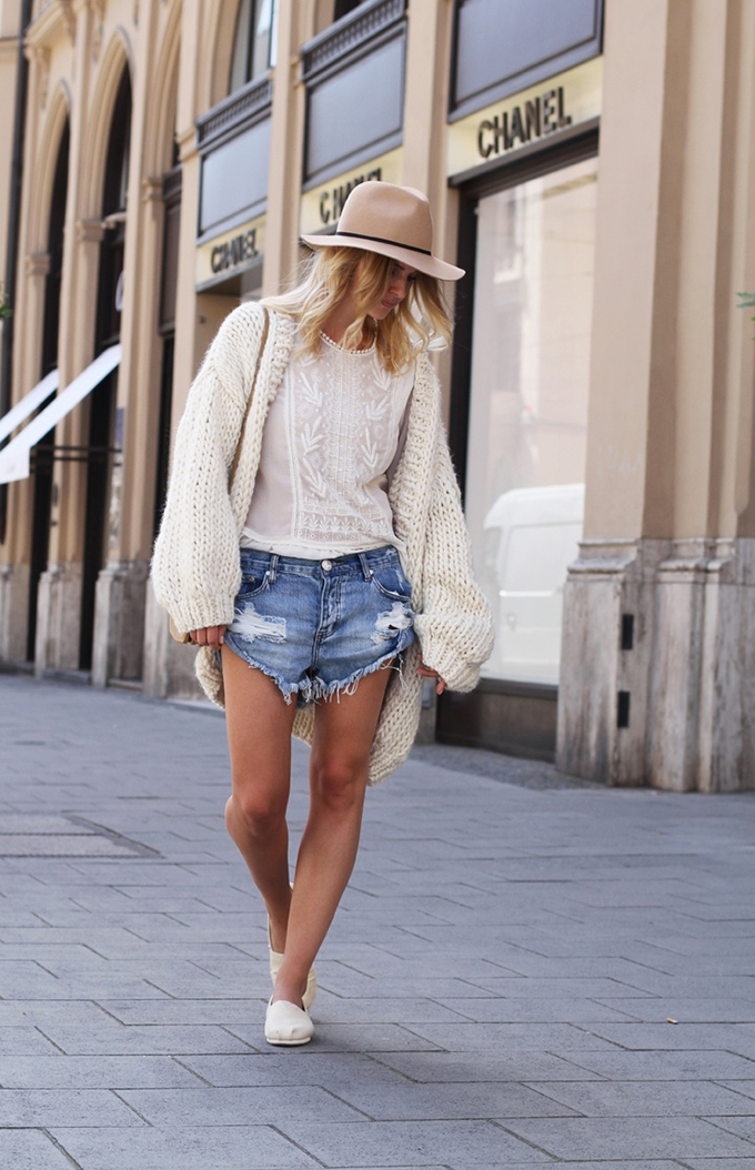 RED REIDING HOOD: Fashion blogger Mija wearing One Teaspoon shorts street style i love mr mittens cardigan heavy knit